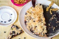 Disposition avec le gâteau et les baies de myrtille Photos stock