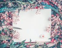 Disposition blanche vide de carte de voeux sur le fond de fleurs Image libre de droits