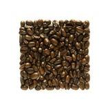Disposition carrée ordonnée des grains de café - d'isolement sur le blanc Image stock