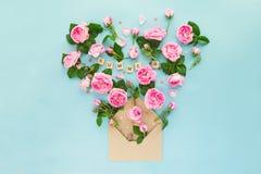 Disposition créative avec les fleurs roses de thé rose, feuilles vertes, sucrerie Images stock