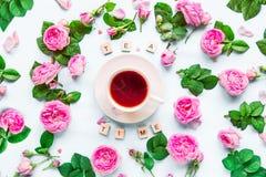 Disposition créative de vue supérieure avec le lettrage de temps de thé avec les blocs en bois, tasse de thé chaud et fleurs rose Photo libre de droits