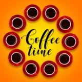 Disposition créative des tasses de café rouges et d'une soucoupe sur un CCB orange Photo libre de droits