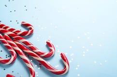 Disposition créative faite de canne de lucette et étoiles de scintillement Fond de vacances de Noël, concept minimal de s Image libre de droits