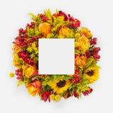 Disposition créative faite de fleurs et feuilles avec la note de carte de papier Configuration plate Photo stock