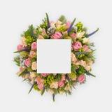 Disposition créative faite de fleurs et feuilles avec la note de carte de papier Configuration plate Image stock