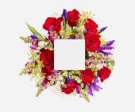 Disposition créative faite de fleurs et feuilles avec la note de carte de papier Configuration plate Photo libre de droits