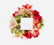 Disposition créative faite de fleurs et feuilles avec la note de carte de papier Configuration plate Images libres de droits