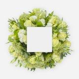 Disposition créative faite de fleurs et feuilles avec la note de carte de papier Configuration plate Photographie stock libre de droits