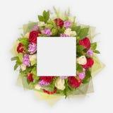 Disposition créative faite de fleurs et feuilles avec la note de carte de papier Configuration plate Photographie stock