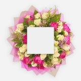 Disposition créative faite de fleurs et feuilles avec la note de carte de papier Configuration plate Photos stock