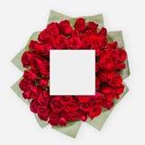 Disposition créative faite de fleurs et feuilles avec la note de carte de papier Configuration plate Images stock