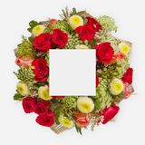 Disposition créative faite de fleurs et feuilles avec la note de carte de papier Configuration plate Photos libres de droits