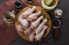 Disposition crue fraîche de jambes de poulet sur la planche à découper de cuisine Images stock