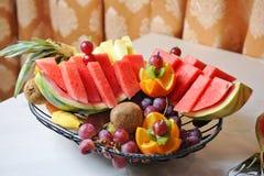 Disposition découpée de fruits Divers fruits frais Assortiment des fruits exotiques Photos stock
