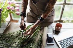 Disposition de bouquet de Making Fresh Flowers de fleuriste Images stock