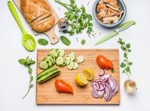 Disposition de consommation et concept propres de nutrition de régime Divers ingrédients de légumes frais et viande rôtie de poul Images libres de droits
