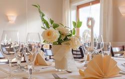 Disposition de fête de table avec des verres et servie et fleurs photo stock
