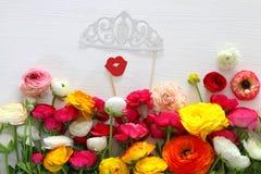 disposition de fleurs, fausses lèvres de papier, diadème et moustache dans des bâtons Images stock