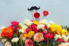 disposition de fleurs, fausses lèvres de papier et moustache dans des bâtons Photo stock
