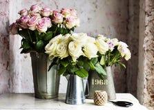 Disposition de fleurs fraîche de roses roses et blanches dans le seau en métal Photo stock