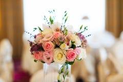 Disposition de fleurs pour la table Photos stock
