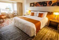 Disposition de lampes et de literie de nuit dans la chambre d'hôtel Photo stock