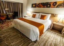 Disposition de lampes et de literie de nuit dans la chambre d'hôtel Image stock