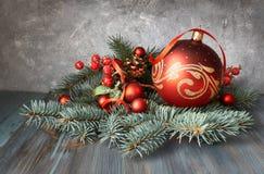 Disposition de Noël avec des babioles, des brindilles de sapin et le berrie givré Image libre de droits