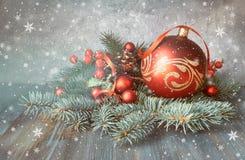 Disposition de Noël avec des babioles, des brindilles de sapin et le berrie givré Image stock