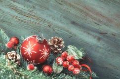 Disposition de Noël avec des babioles, des brindilles de sapin et le berrie givré Images stock