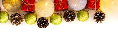 Disposition de Noël avec des brindilles de pin, cônes photo stock
