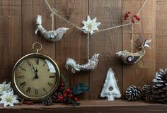 Disposition de Noël avec l'horloge de vintage et le Noël fait maison Photos stock