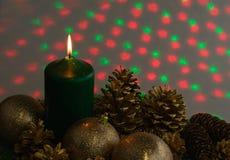 Disposition de Noël avec une bougie et des cônes de pin sur la verdure photos libres de droits