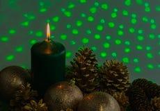 Disposition de Noël avec une bougie et des cônes de pin sur la verdure photographie stock