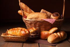 Disposition de pain dans le panier Photo stock