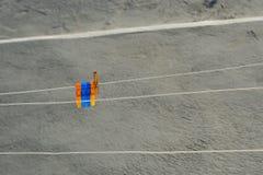 Disposition de pinces à linge sur le le fil photo stock