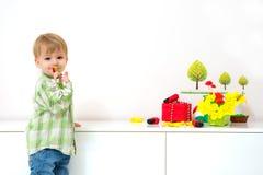 Disposition de ressort de petit garçon Photos stock