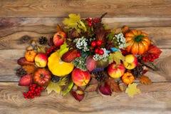 Disposition de thanksgiving avec les fleurs blanches et la chute colorée le Photos stock