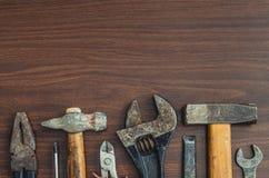 Disposition de vue supérieure de différents outils comme marteau, tournevis, clé et pinces sur le fond en bois photographie stock libre de droits