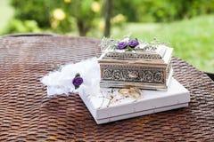 Disposition des anneaux de mariage, de l'amour et du concept de mariage Photographie stock libre de droits