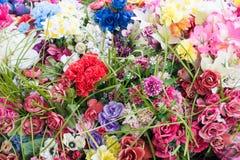 Disposition des fleurs artificielles colorées Photographie stock