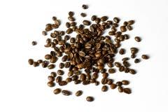 Disposition des grains de café dispersés d'isolement sur le blanc - concevez l'élément Photographie stock libre de droits
