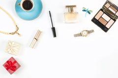 Disposition des objets et des accessoires féminins sur le fond blanc Photos stock