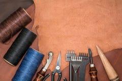 Disposition du cuir naturel, outils pour créer des produits et des bobines des fils de cire Photographie stock libre de droits