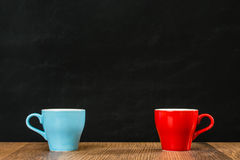 Disposition en céramique de deux de café tasses de thé ensemble Photos stock