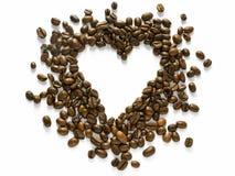 Disposition en forme de coeur des grains de café dispersés d'isolement sur le blanc - concevez l'élément Images libres de droits