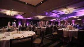 Disposition et restauration élégantes de table à la réception de mariage, pièce maîtresse élégante de bouquet banque de vidéos