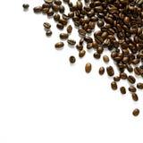 Disposition faisante le coin dispersée des grains de café d'isolement sur le blanc - concevez l'élément Image libre de droits