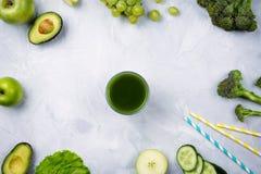 disposition flatlay avec de divers fruits et légumes verts : laitue, concombre, avocat, brocoli, raisins, pommes etc. Image libre de droits