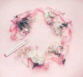 Disposition florale ronde de cadre avec des fleurs, des marqueurs et le ruban de rose en pastel Photographie stock libre de droits
